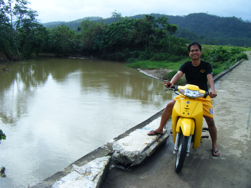 My brother-in-law, Val Macalma atop the bridge over the river in Baliw, Sanchez Mira.